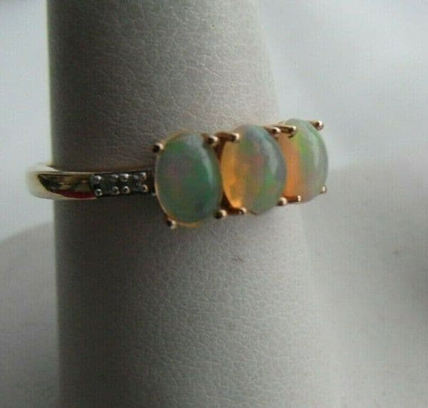 10N Beautiful 9ct gold ladies trilogy opal & diamond accents ring