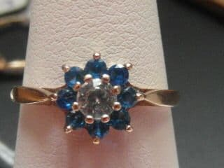 268E LADIES VINTAGE 9CT GOLD BLUE AND CLEAR ZIRCONIA CLUSTER RING L