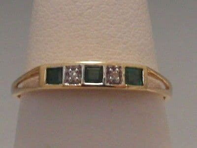 569F VINTAGE LADIES 18CT GOLD EMERALD  AND DIAMOND BAND RING SIZE M
