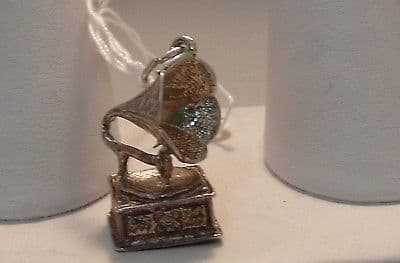 76F VINTAGE LADIES/CHILDRENS STERLING SILVER GRAMAPHONE CHARM