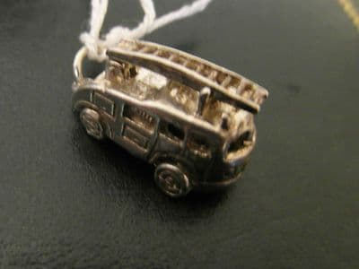 79A SOLID SILVER FIRE ENGINE CHARM/PENDANT WHICH OPENS