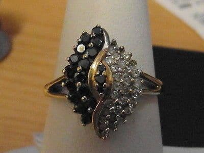 846E VINTAGE LADIES 9CT GOLD BLACK AND CLEAR DIAMOND CLUSTER RING SIZE O