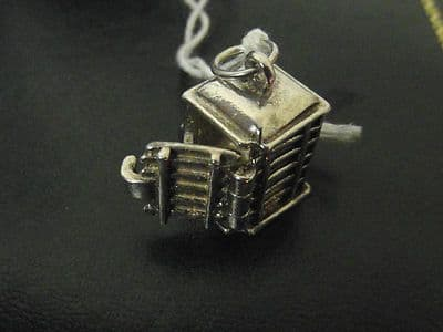 85A SOLID SILVER OLD FASHIONED STYLE TELEPHONE BOX CHARM/PENDANT WHICH OPENS UP