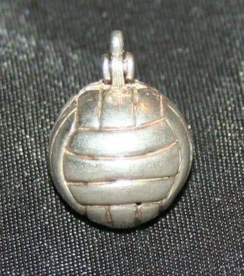 F34 SOLID SILVER FOOTBALL / CRICKET BALL WITH A LUCKY HORSESHOE CHARM / PENDANT