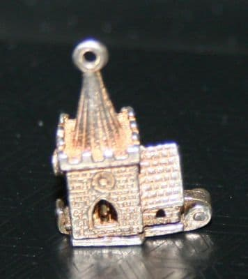 F41 SOLID SILVER CHURCH / CHAPEL WITH BRIDE GROOM & VICAR CHARM / PENDANT