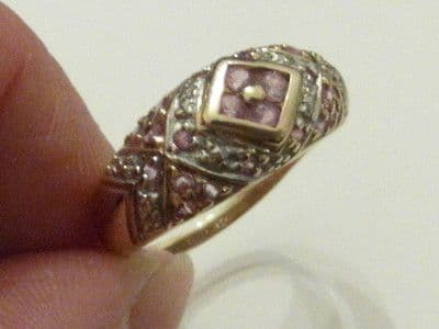 M28 LADIES 9CT GOLD GENUINE PINK SAPPHIRE BARREL BAND DESIGN RING