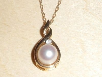 """M46 9CT GOLD PEARL AND DIAMOND SET PEAR SHAPE PENDANT AND 18"""" CHAIN NECKLACE"""
